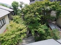 共用の談話室から一望できる純和風庭園