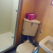 *コテージ4人棟一例/トイレ&シャワールーム。湯船はありませんので「夕陽温泉WAO」をご利用下さい!