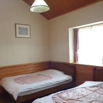 *コテージ6人棟一例/ベッドは洋室に4台設置されています。