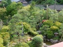 2階のお部屋からの庭園の眺めの一例。