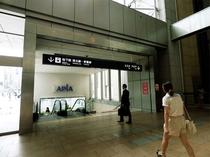 【地下からお越しのお客様】JR札幌駅西口を出て南口に直進し、正面にある階段にて地下通路へ
