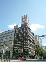 左斜め前に「札幌かに本家駅前本店」様を確認し、左側の歩道に渡って直進します