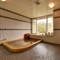 *【男性風呂】庭園が眺められる当館ならではの癒しの湯です。超音波龍紋石風呂です。