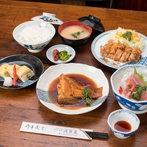 *【グレードアップ夕食】煮魚などメイン料理を1品追加。ごはんと味噌汁はおかわり自由です。