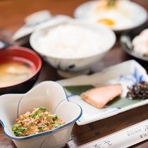 *【朝食】焼き魚、玉子、お肉に野菜とバランスがとれてボリュームも十分です。