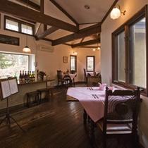 【レストラン】アンティークのテーブルとイスで気分は英国