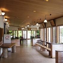 *レストラン/大きな窓から緑と明るい日差しが差し込む空間。