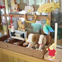 *館内/木のぬくもりが優しい、こんな手作りのおもちゃも販売。