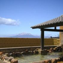【和風露天風呂】雄大な霧島連山を眺めながら、ゆったりと潤いに浸ってください。