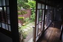 裏庭と縁側
