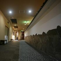 宴会場前の武家屋敷風の壁
