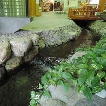 館内/フロントそばには橋がかかった小川が流れております。