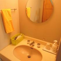 客室(和室)/本館2階の和室7.5畳。清潔感のある洗面台。