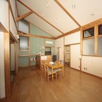 客室(コテージ)/室内は広々とした開放的な空間。