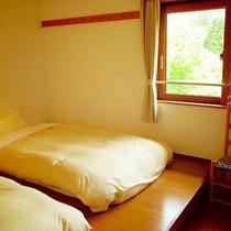 *【客室例】小上がりにローベッドを置いた形のお部屋。気兼ねなくお寛ぎ頂けます。
