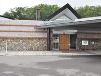【黒松内温泉「ぶなの森」】宿泊者には、近隣施設の温泉のチケットをお渡ししていて、送迎も承ります。
