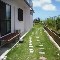 *外観/青と緑のコントラストが美しいお庭。目の前に広がるのは空と海の景色!