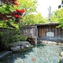 *澄んだ空気に囲まれた、季節の風が心地よい露天風呂。