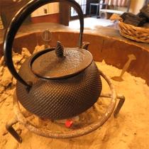 *囲炉裏/温かい囲炉裏端で、めぐすりの木のお茶(ウェルカムドリンク)をサービス♪