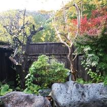 *万里姫の湯/女性露天風呂(男女入替)。紅葉の時期は当館は勿論、山々の美しいグラデーションを堪能