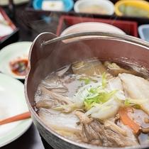 *すいとん鍋(夕食一例)/群馬名物。野菜の甘みと旨味が凝縮され、じんわりと温まる一品