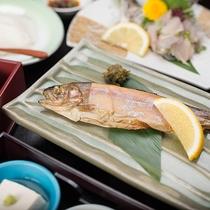 *虹鱒の薫製(夕食一例)/当館オリジナル、スモークした虹鱒にさっとレモンをかけてさっぱりと
