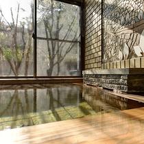 *水芭蕉乃湯/男性大浴場(男女入替)スッと馴染むアルカリ性単純温泉が肌と日頃の疲れをほぐします。