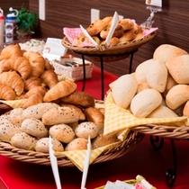 朝は焼き立てのパンをご用意!