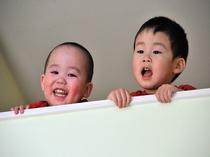 メゾネット2階からのぞき込む子供たち