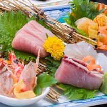 *お夕食一例(黒潮コース)/近海で水揚げされた新鮮な海の幸を彩り豊かに盛り付けました。