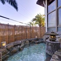 *露天風呂(大浴場)/温かい湯船に浸かりながら、自然のぬくもりに心癒されるひと時をお過ごし下さい。
