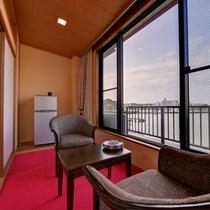 *新館和室10畳(客室一例)/穏やかに波打つ潮騒をBGMに寛ぎのひと時をお過ごし下さい。