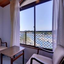 *3F本館和室7.5畳(客室一例)/窓辺の椅子に腰かけて、古賀浦湾の絶景をご堪能下さい。