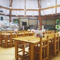 *食堂/夕朝のお食事はこちらにご用意いたします。明るい空間で季節のお料理をお楽しみください。