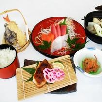 *料理(梅)/お刺身や天麩羅、季節のものを詰め込んだお料理です。温かいごはんとともに♪