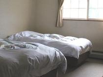 8畳サイズのツインベッドの部屋(ソファー付)