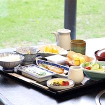 *割烹旅館ならではの朝食です。体にやさしい小鉢やサラダ、焼き魚など和定食をご用意致します。