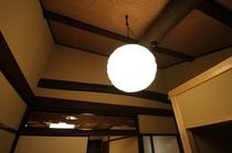 二階の天井、柔らかな和紙の明かり(by Isamu Noguchi)