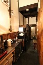 キッチン   通り庭(土間)にある台所、簡単な調理ができ長期滞在にも