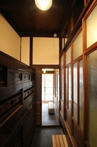 玄関から続く通り庭(土間)と水屋箪笥...Long corridor from entrance