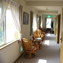 【明るい廊下】自然の光りが入り明るい廊下です。