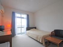 【客室】こちらはセミダブルのお部屋です※全室禁煙