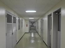 【館内】客室までの廊下も広々で荷物も楽々運べます。