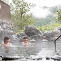 大自然に溶け込む露天風呂は山奥の秘湯を感じさせる趣