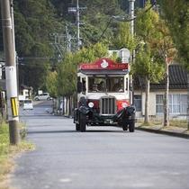 湯布院を走るクラシックカ―の乗合観光バス