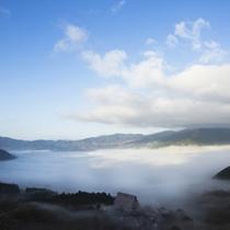 雲海に煙る由布院盆地の町並み。