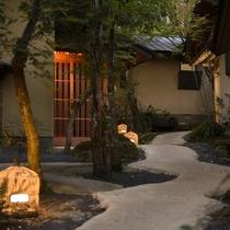 中庭の小路の至る所に籠灯篭を配置。優しい灯りが、みなさまを癒しの時間へ誘(いざな)います。