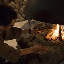 母屋には大きな暖炉。あたたかな火のそばで、ほっと心癒される。