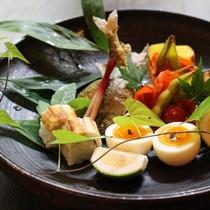 湯布院鮎の塩焼きや穴子の握り寿司など、夏の食材が食卓を彩る