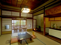 昔の家を思い出させる、天井高の数奇屋造りのお部屋。